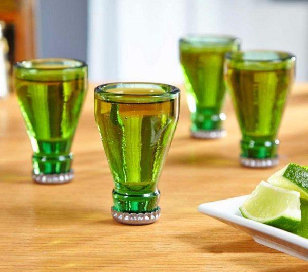Ölflaska upp och ner shotglas